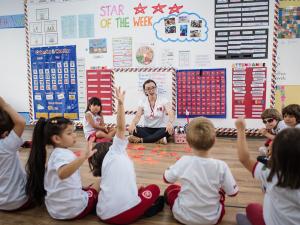 professora-alunos-maple-bear
