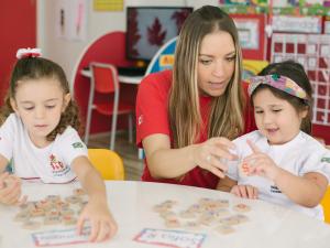 professora com crianças da educação infantil